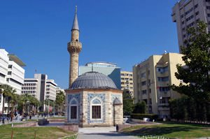 Bult in 1755, the lovely little octogonal Konak Mosque is located right next to the modern city hall of Izmir.
