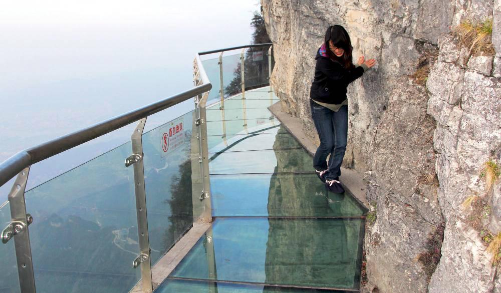 Первый в мире полностью подвесной стеклянный мост в Китае привел туристов в ужас