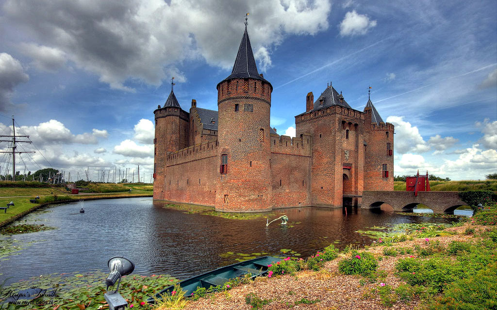 Photo gallery Impressive castles and palaces located on water