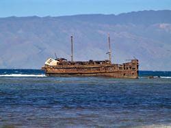 Останки судов на пляже Кайолохия