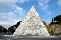 Пирамида Цестия, Италия