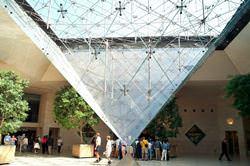 Пирамида Лувра, Франция