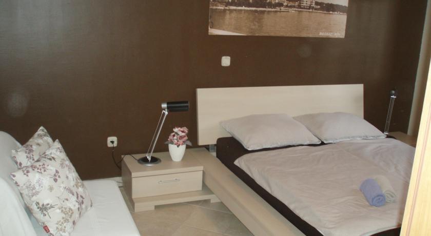 Описание: Апартаменты M & M находятся в Биогра́де-на-Мо́ру, в 300